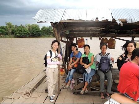 搭船去鄉下離島, 回程因為淹水,橋面一半淹在泥水裡, 我們只好...涉水而過去搭船!